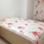 ベッドスプレッドとカーテン